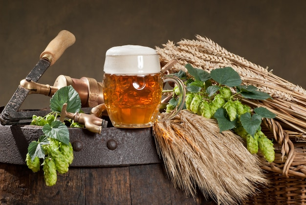 Copo de cerveja com lúpulo e cevada