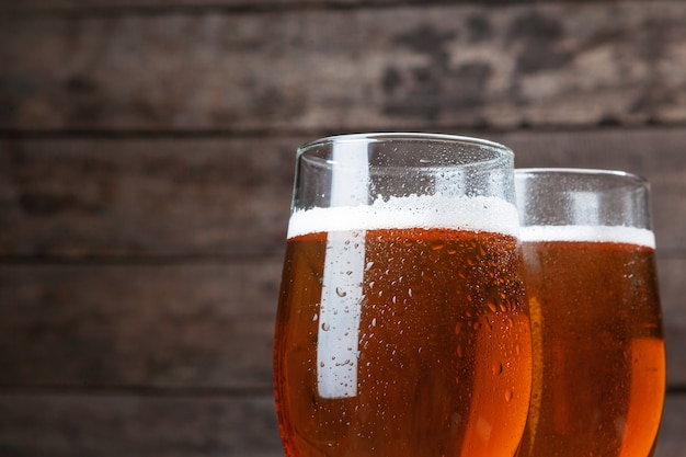 Copo de cerveja contra madeira