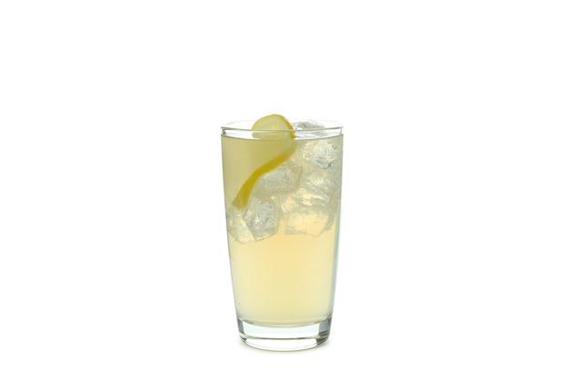 Copo de cerveja de gengibre com gelo e limão isolado no branco
