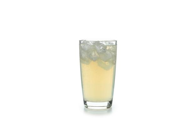 Copo de cerveja de gengibre com gelo isolado no branco