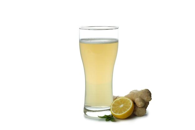 Copo de cerveja de gengibre e ingrediente isolado no branco