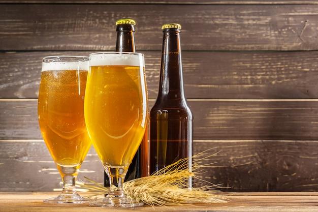 Copo de cerveja e garrafa de cerveja