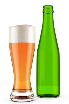 Copo de cerveja e garrafa verde em um fundo branco