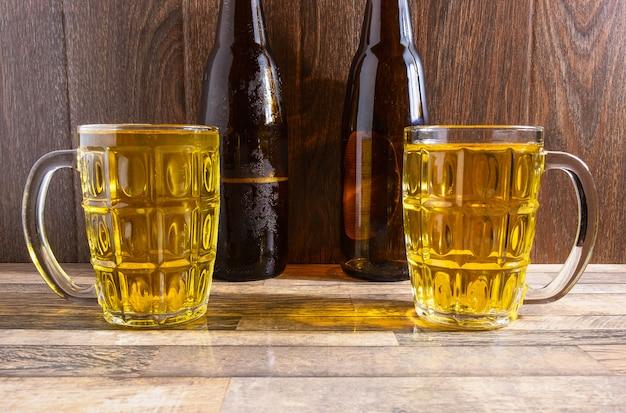 Copo de cerveja e garrafas de cerveja na mesa