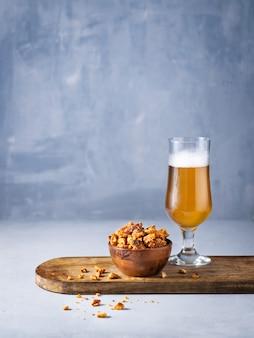 Copo de cerveja e petiscos de pedaços de pretzel