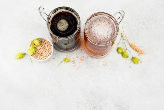 Copo de cerveja e sementes de trigo com vista superior