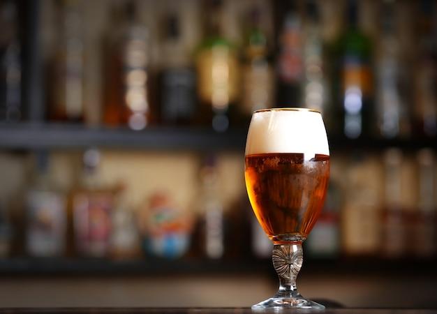 Copo de cerveja em bar, close-up