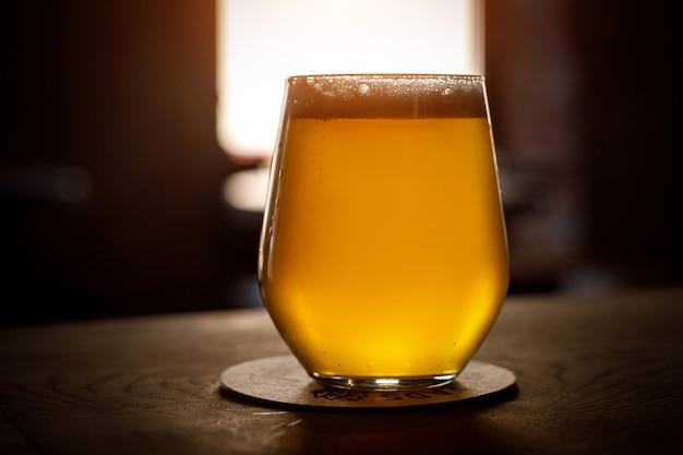 Copo de cerveja em um bar.