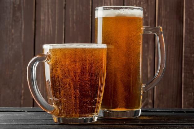 Copo de cerveja em um fundo de madeira