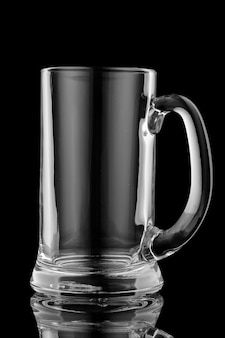 Copo de cerveja em uma superfície preta