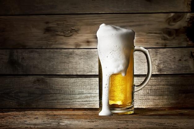 Copo de cerveja fresca com manchas de espuma