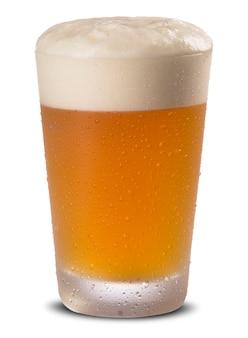 Copo de cerveja fresca com tampa de espuma isolada no fundo branco