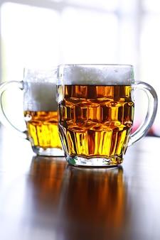 Copo de cerveja fresca em uma mesa de madeira. caneca de cerveja lager na mesa de pedra. vista superior com espaço de cópia
