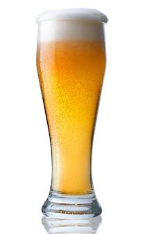 Copo de cerveja fresco com espuma e pérolas de água condensada.