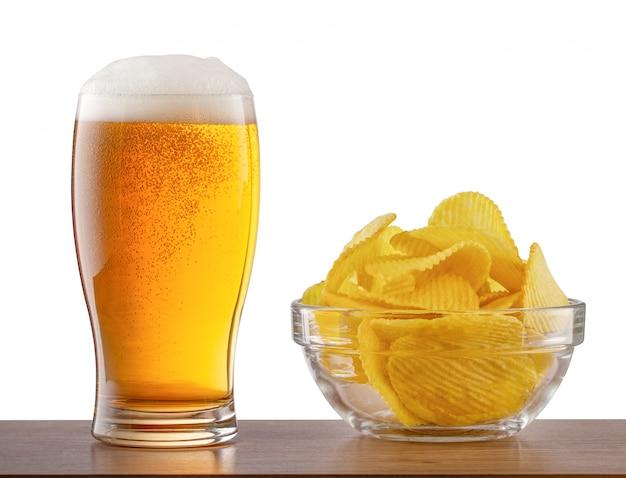Copo de cerveja light e batatas fritas no balcão de bar
