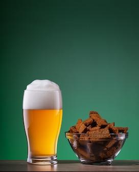 Copo de cerveja light e prato de biscoitos com especiarias