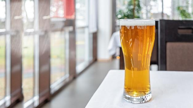 Copo de cerveja light em uma mesa em um bar