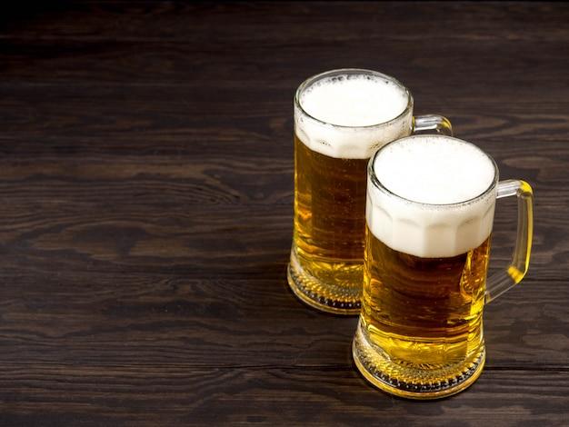Copo de cerveja na mesa de madeira com copyspace