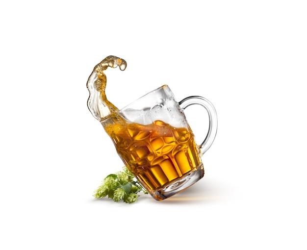 Copo de cerveja na mesa de madeira vazia