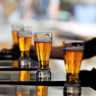Copo de cerveja na mesa de um restaurante