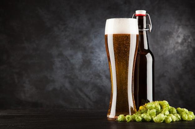 Copo de cerveja no fundo escuro