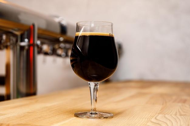 Copo de cerveja no interior do bar.