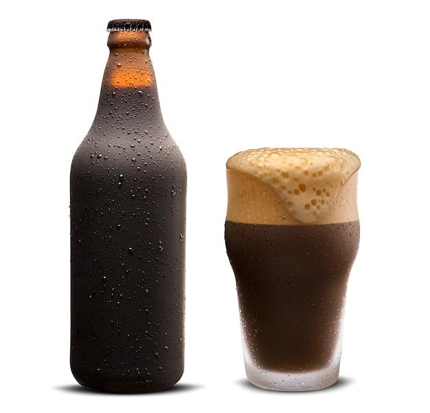 Copo de cerveja porter e garrafa marrom com gotas isoladas em um fundo branco