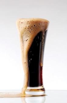 Copo de cerveja preta