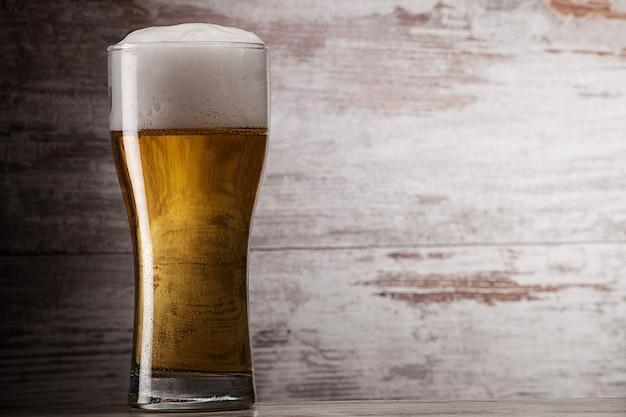 Copo de cerveja sobre fundo grunge