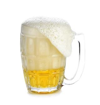 Copo de cerveja transbordando, segurando um copo branco