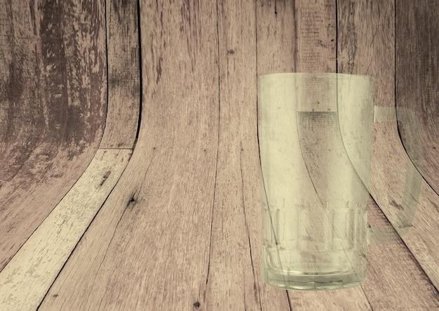 Copo de cerveja transparente vazio isolado em fundo de madeira