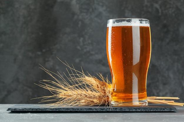 Copo de cerveja único close-up em pedra escura