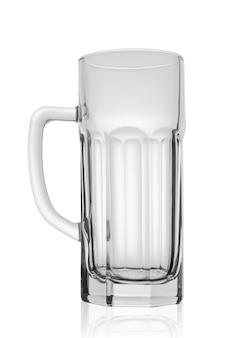 Copo de cerveja vazio com bordas. isolado sobre fundo branco. trajeto de grampeamento.