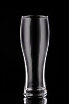 Copo de cerveja vazio com fundo preto