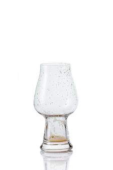 Copo de cerveja vazio com gotas