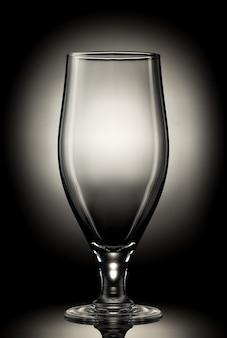 Copo de cerveja vazio em um fundo de cor