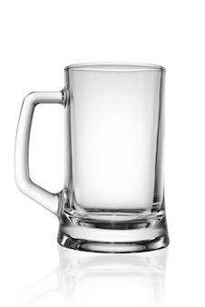 Copo de cerveja vazio. isolado em um fundo branco. trajeto de grampeamento.