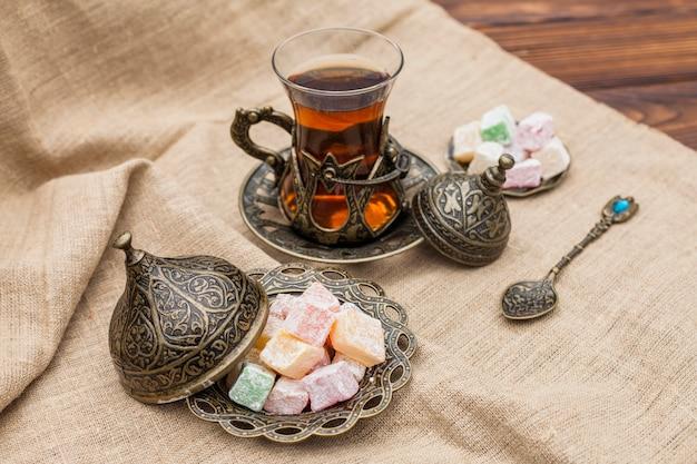Copo de chá com delícias turcas na lona