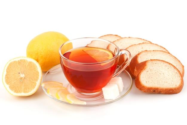 Copo de chá com fatias de pão branco e limão
