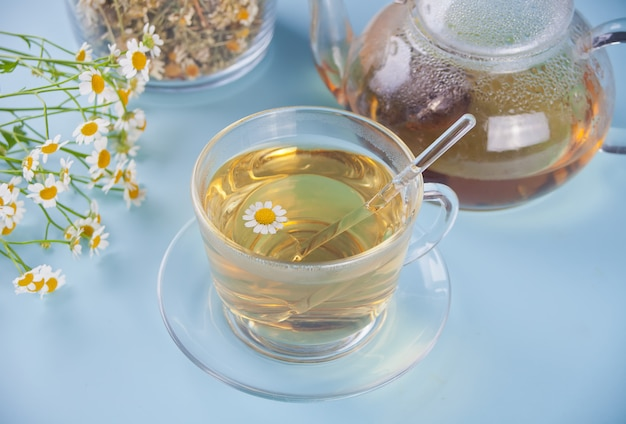 Copo de chá de camomila herbal saudável