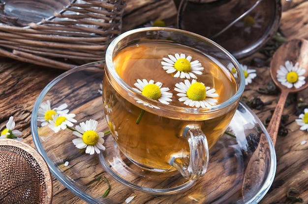 Copo de chá de erva com camomila