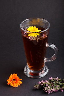 Copo de chá de ervas com calêndula e hissopo