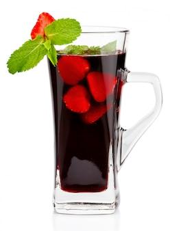 Copo de chá de frutas quentes com hortelã fresca e morango isolado