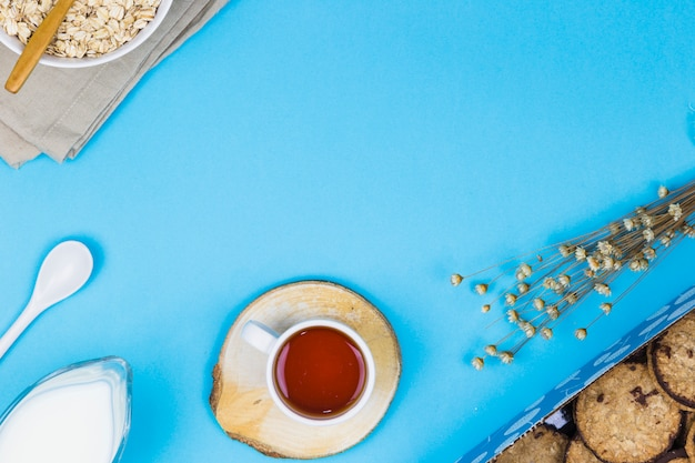 Copo de chá de vista superior com elementos de café da manhã