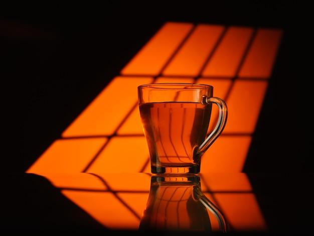 Copo de chá em um fundo laranja quente