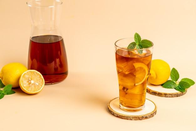 Copo de chá gelado de limão com hortelã
