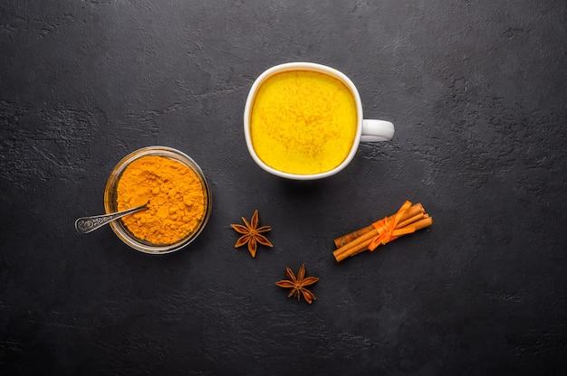 Copo de chá indiano tradicional masala chai com os ingredientes acima