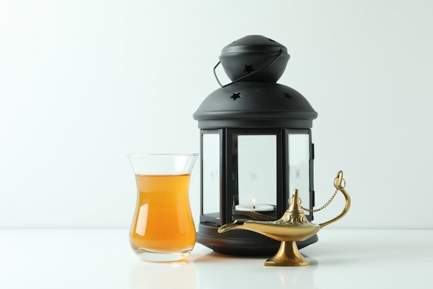 Copo de chá, lâmpada do ramadã e lanterna em branco