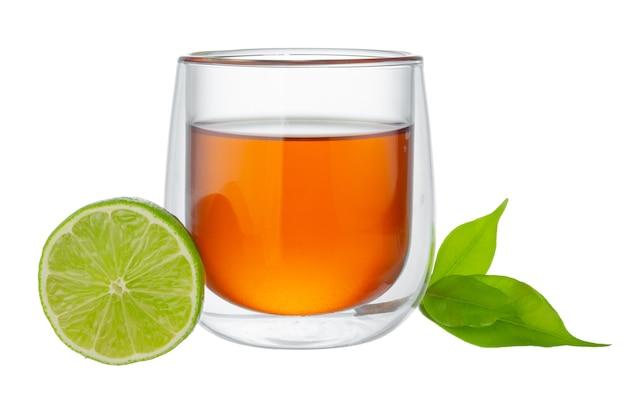 Copo de chá preto com bergamota isolado no fundo branco