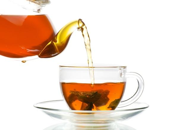 Copo de chá preto. isolado em fundo branco